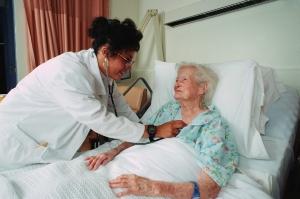 Die Pflege älterer oder gebrechlicher Menschen wird in der alternden Gesellschaft immer wichtiger und hat auch Auswirkungen auf das Arbeitsleben